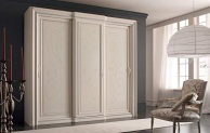 Платяной шкаф декорирован росписью ручной работы Armadi
