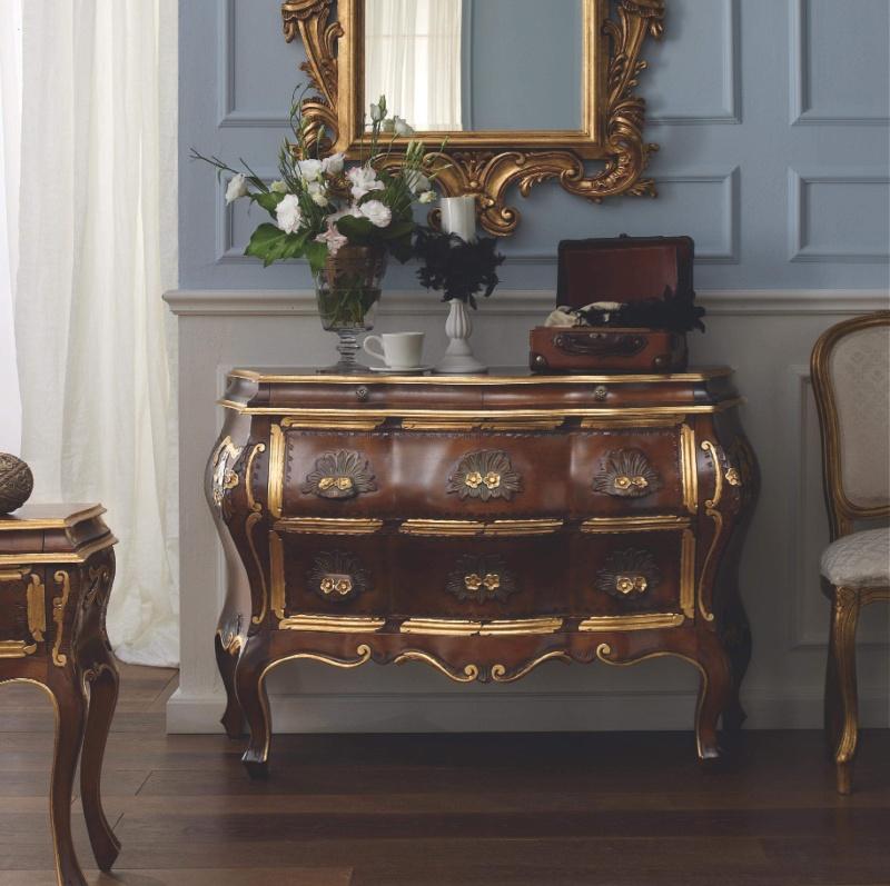 Деревяный комод цвета орех  с позолоченным декором Notte