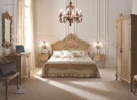 Патинированая двухспальная кровать с резными элементами  Notte