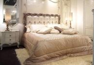 Роскошная кровать в обивке капитоне молочного цвета Fiera Milano