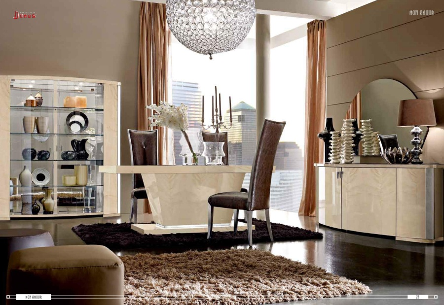 Столовая с колонами декорированными сусальным серебром Domus Mon Amour