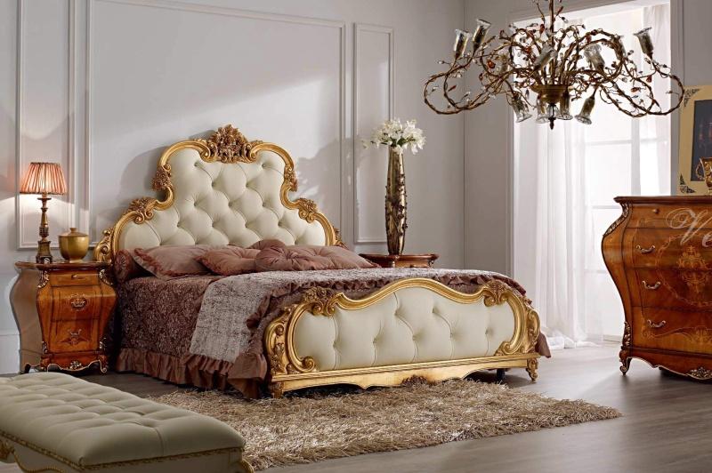 Спальная кровать с высоким мягким изголовьем украшена позолотой Armadi