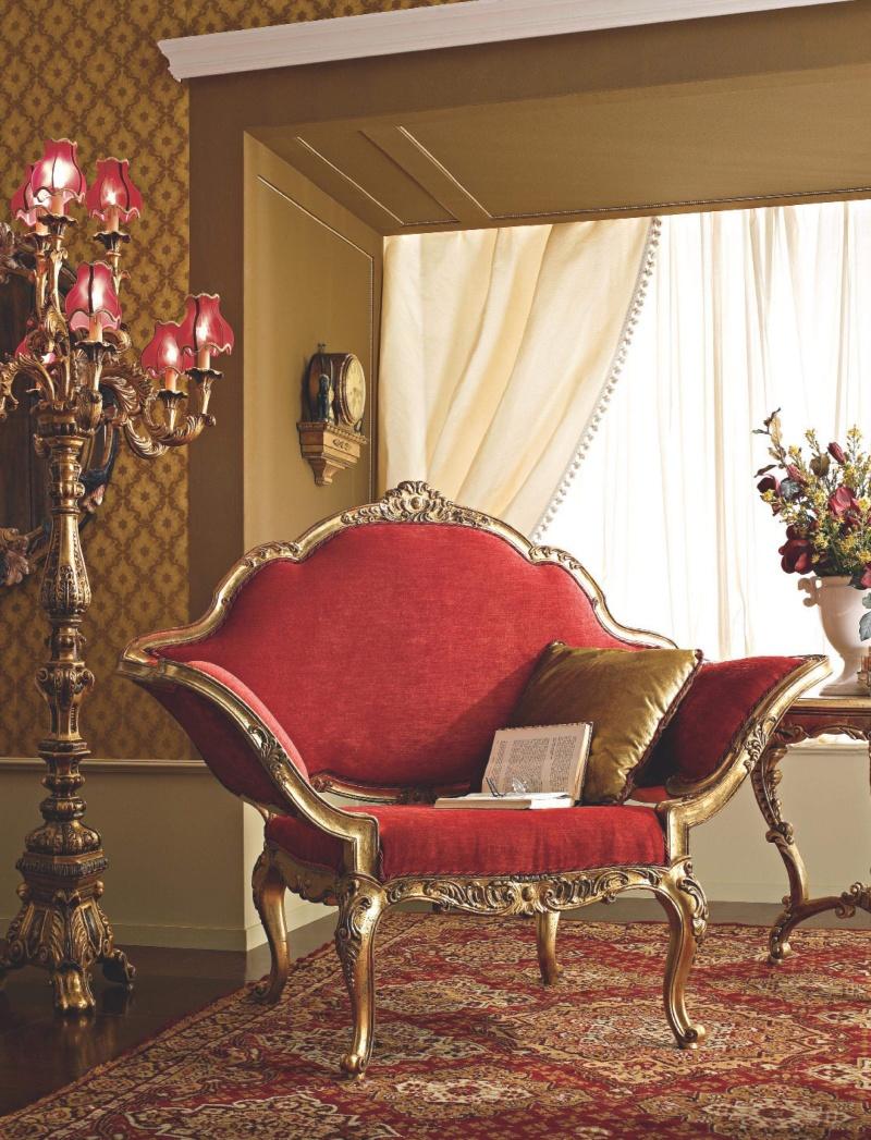 Мягкое кресло с позолоченной резьбой обивка красная ткань Giorno