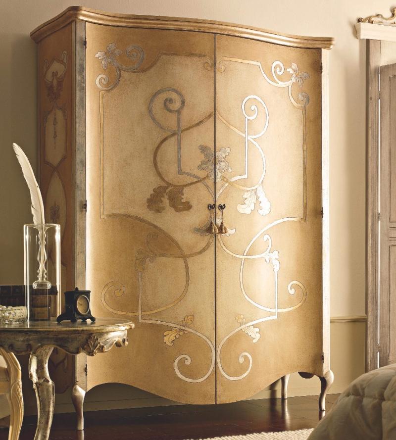Шкаф на резных ножках с позолоченной росписью Notte