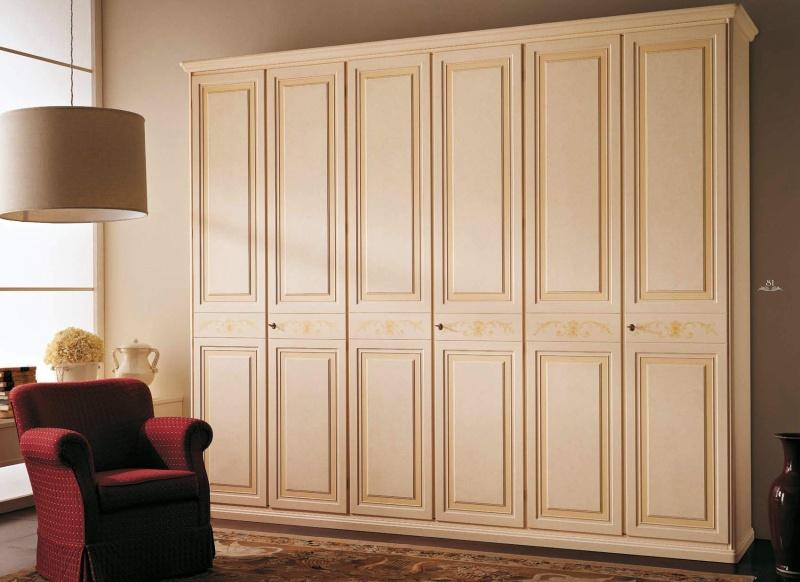 Шкаф с тремя дверцами декорирован патиной и орнаментом Margherita