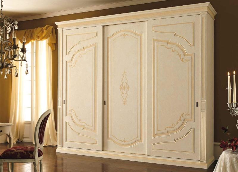 Бежевый шкаф с тремя дверцами и орнаментом Anta Scorrevole