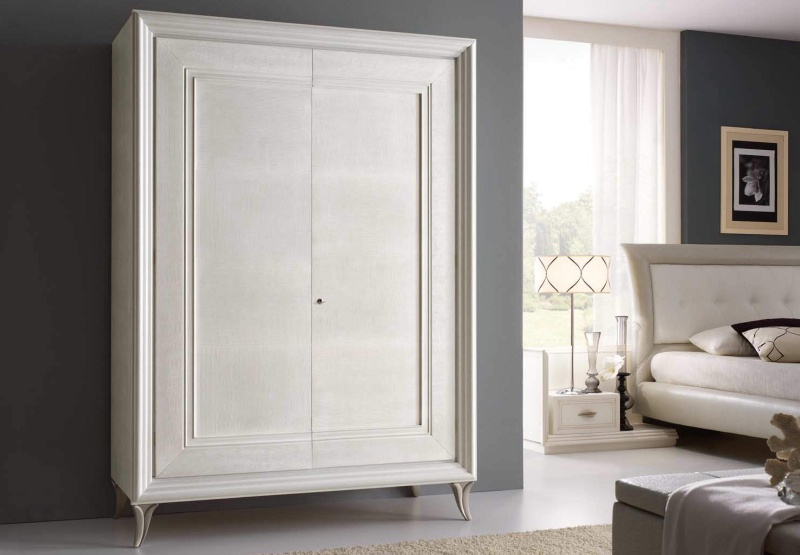 Гардеробный шкаф с двумя дверцами на ножках с патиной Тоday Ferretti