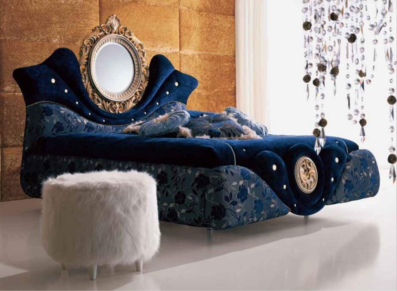 Кровать в синей обивке со встроенным в подголовье зеркалом The Book