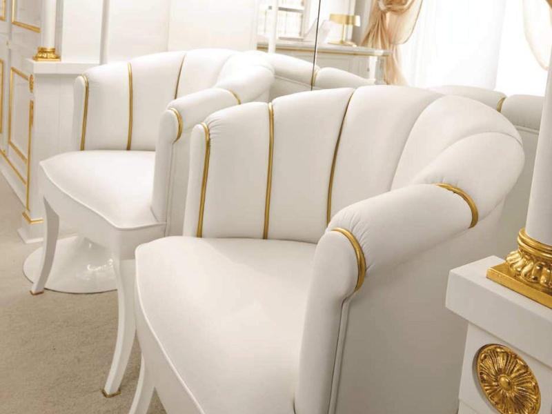 Кресла в белой обивке декорированы золотыми вертикальными полосками The Book