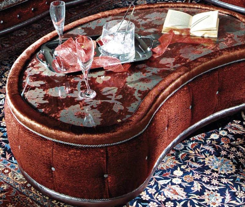 Журнальный столик обитое красной тканню A Linea